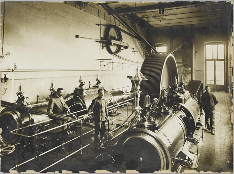 Machinekamer van textielfabriek Alsberge-Van Oost, met stoommachines