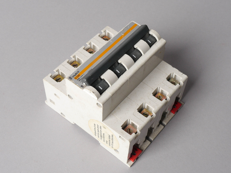 Vierpolige installatieautomaat of zekeringautomaat van het merk Schneider