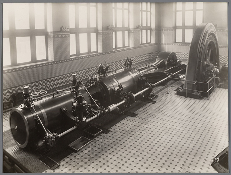 Machinekamer van textielfabriek Filature & Tissage Réunis, met stoomturbines