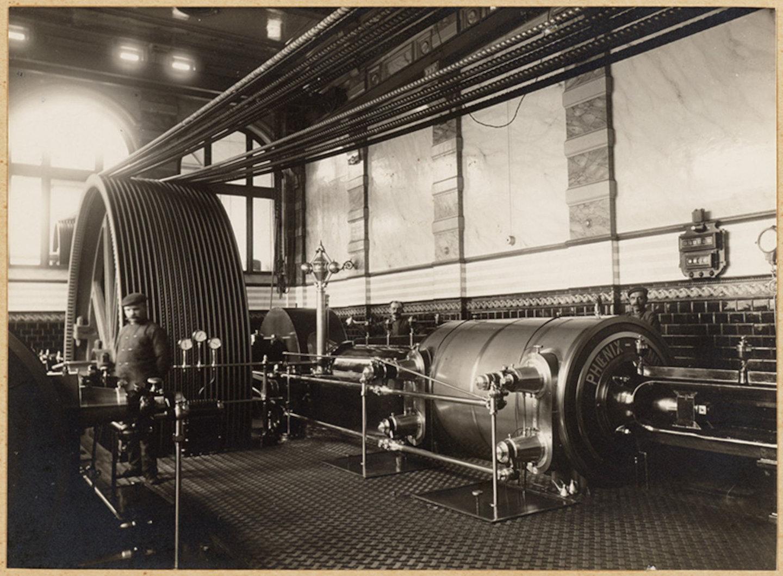 Binnenzicht van een machinekamer met stoommachine van constructiebedrijf Phoenix