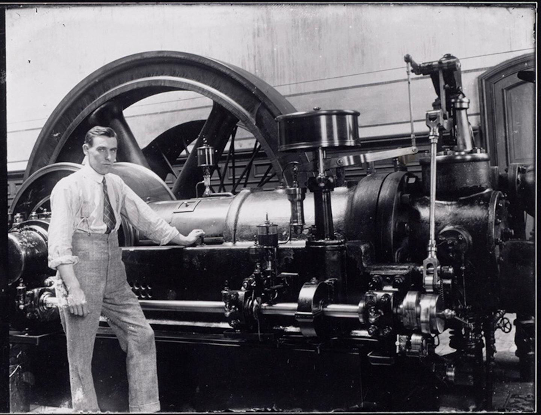 Man posseert bij gasmotor