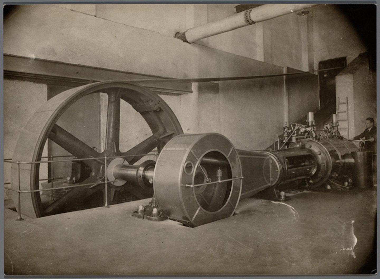 Binnenzicht machinekamer met stoommachine