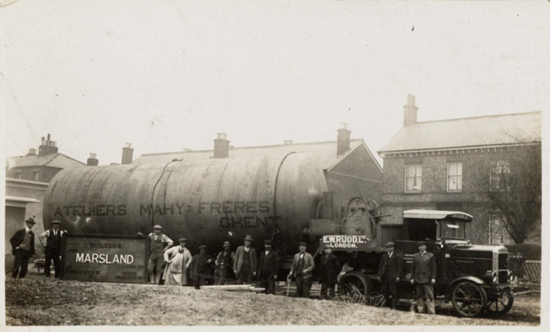 Transport van een stoomketel gebouwd in de Ateliers Mahy Frères te Gent