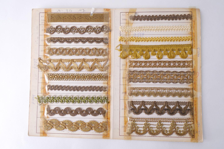 Staalkaart met voorbeelden van galons om passement te vervaardigen