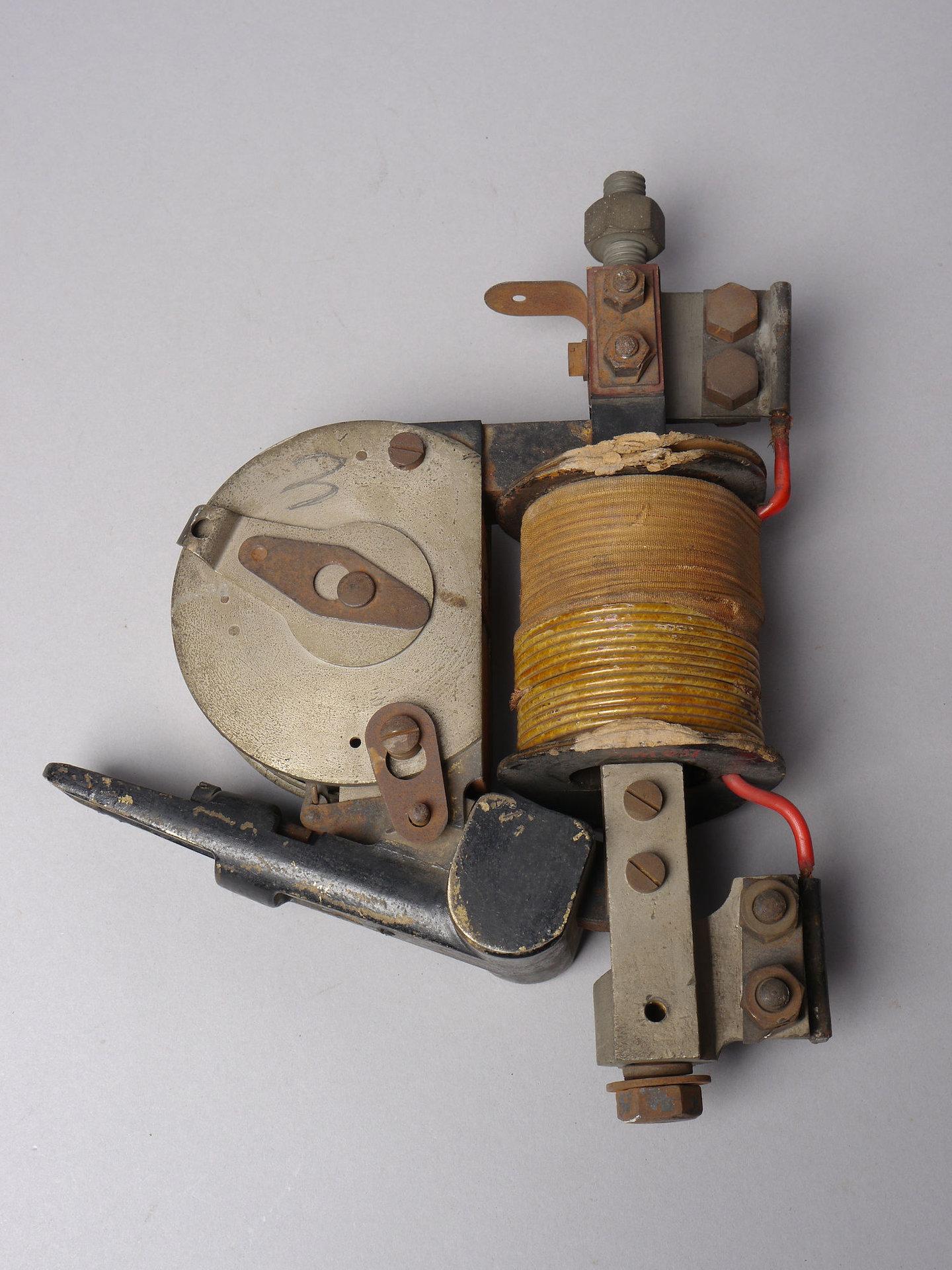 Zware elektromagnetische beveiliging voor elektrisch systeem