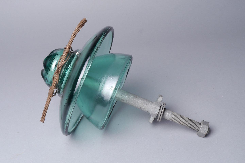 Isolator in glas voor elektrische bekabeling