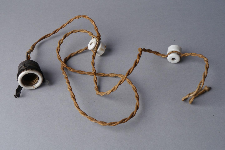 Lamphouder verbonden aan snoer met isolatoren
