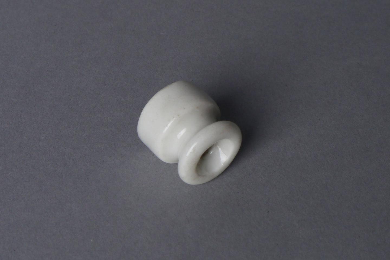 Isolator in witte porselein voor elektrische bekabeling