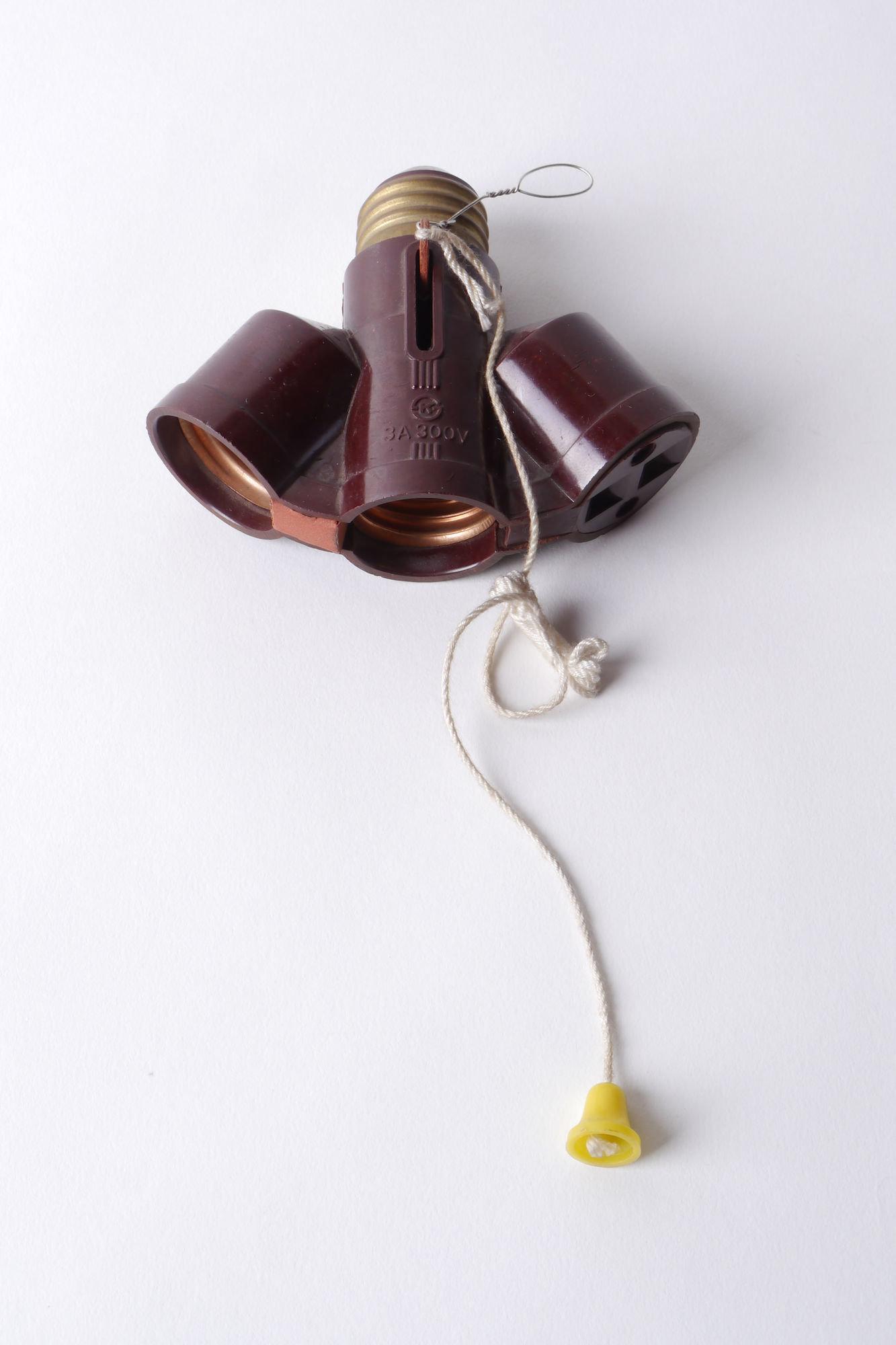 Adaptiestuk met 2 lamphouders en 1 stopcontact van het merk Dong