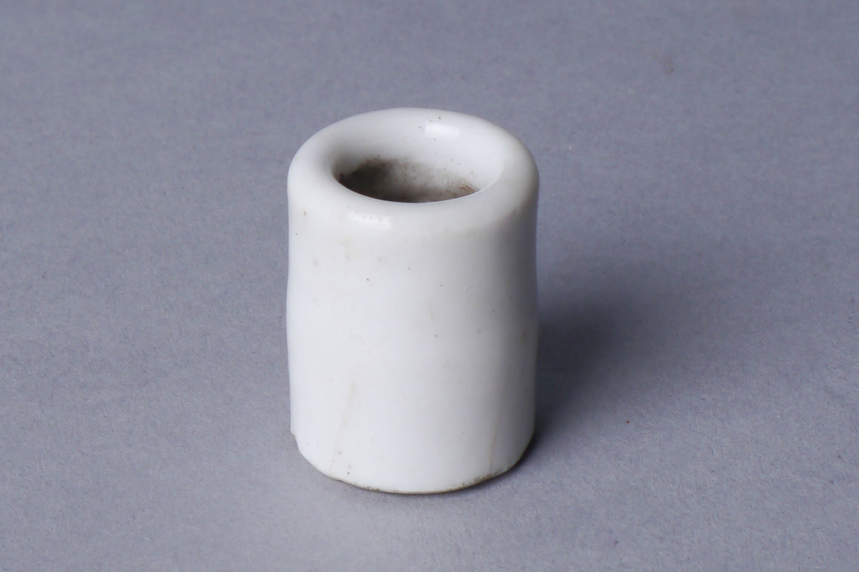 Buisje in witte porselein voor elektrische bekabeling
