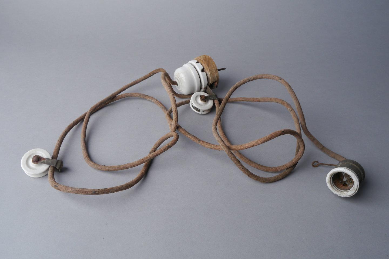 Lamphouder verbonden met snoer aan plafondkap