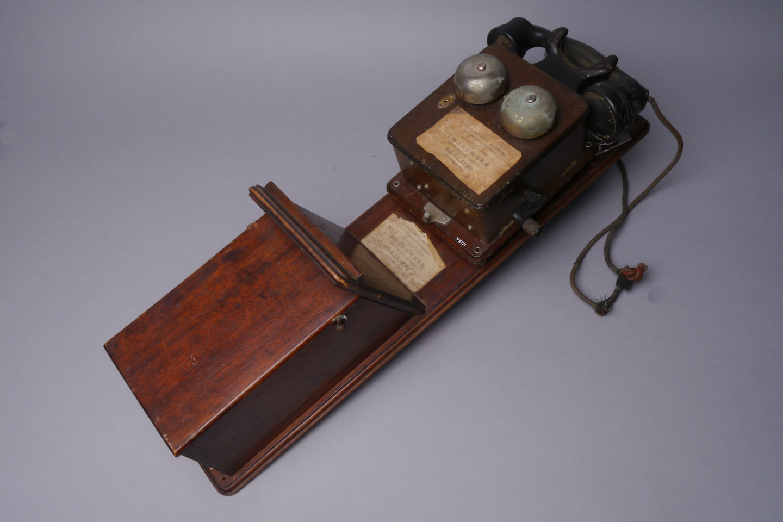 Telefoontoestel met handgenerator en kastje