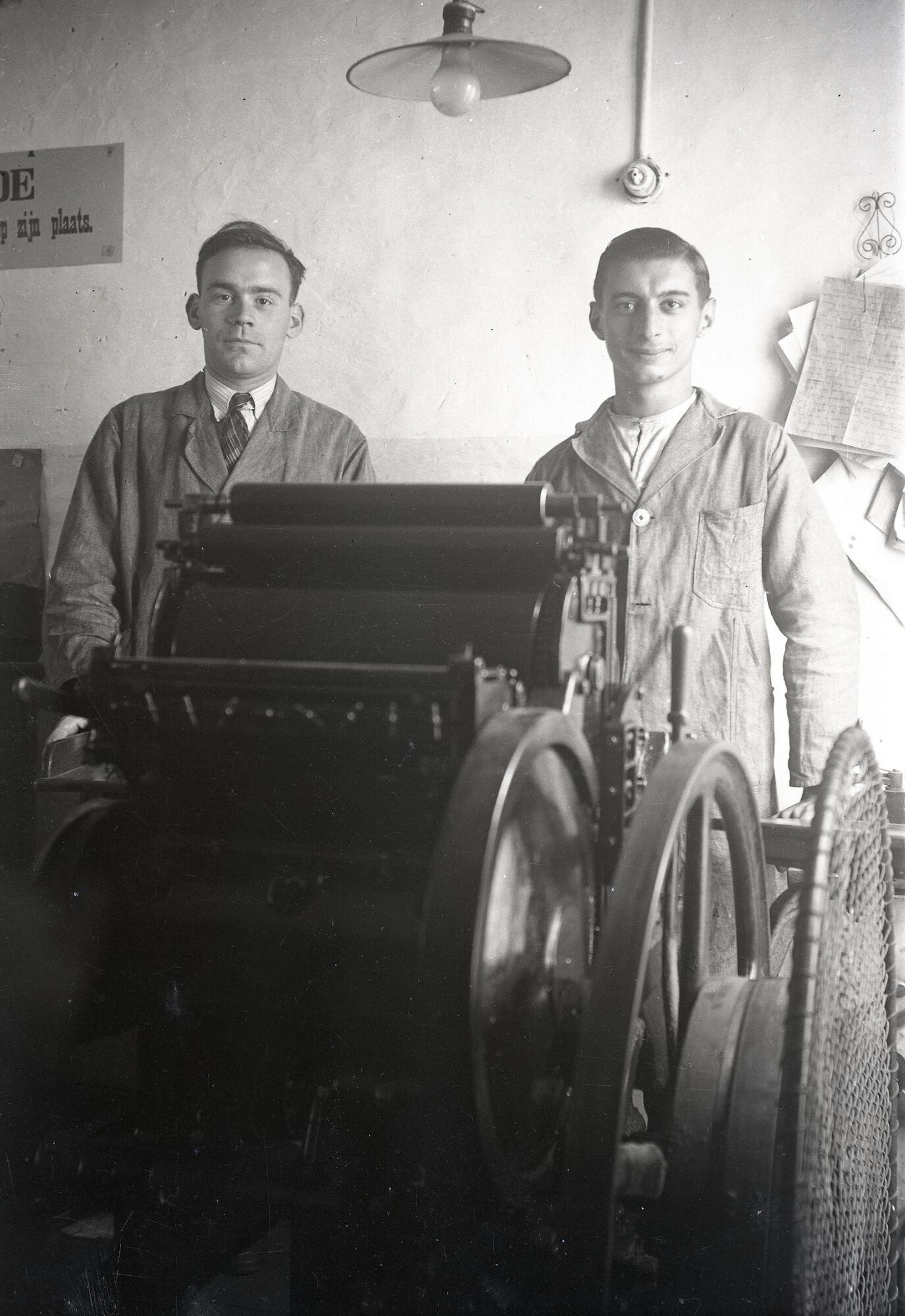 Walter Strobbe en zijn helper aan een degelpers