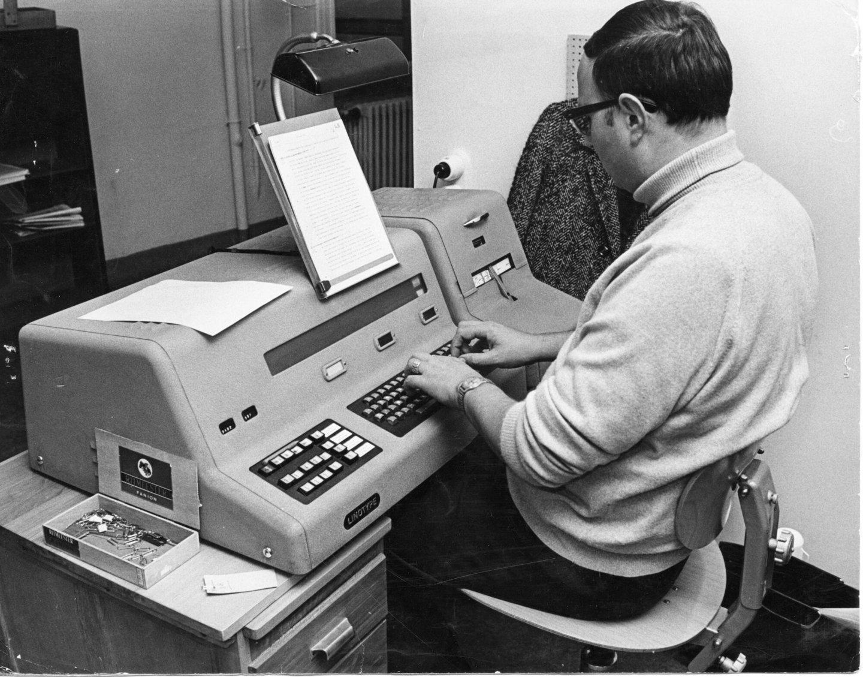 Een ponser aan het werk in de drukkerij van Het Laatste Nieuws