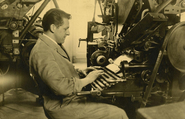 Armand Velghe aan de Linotype zetmachine