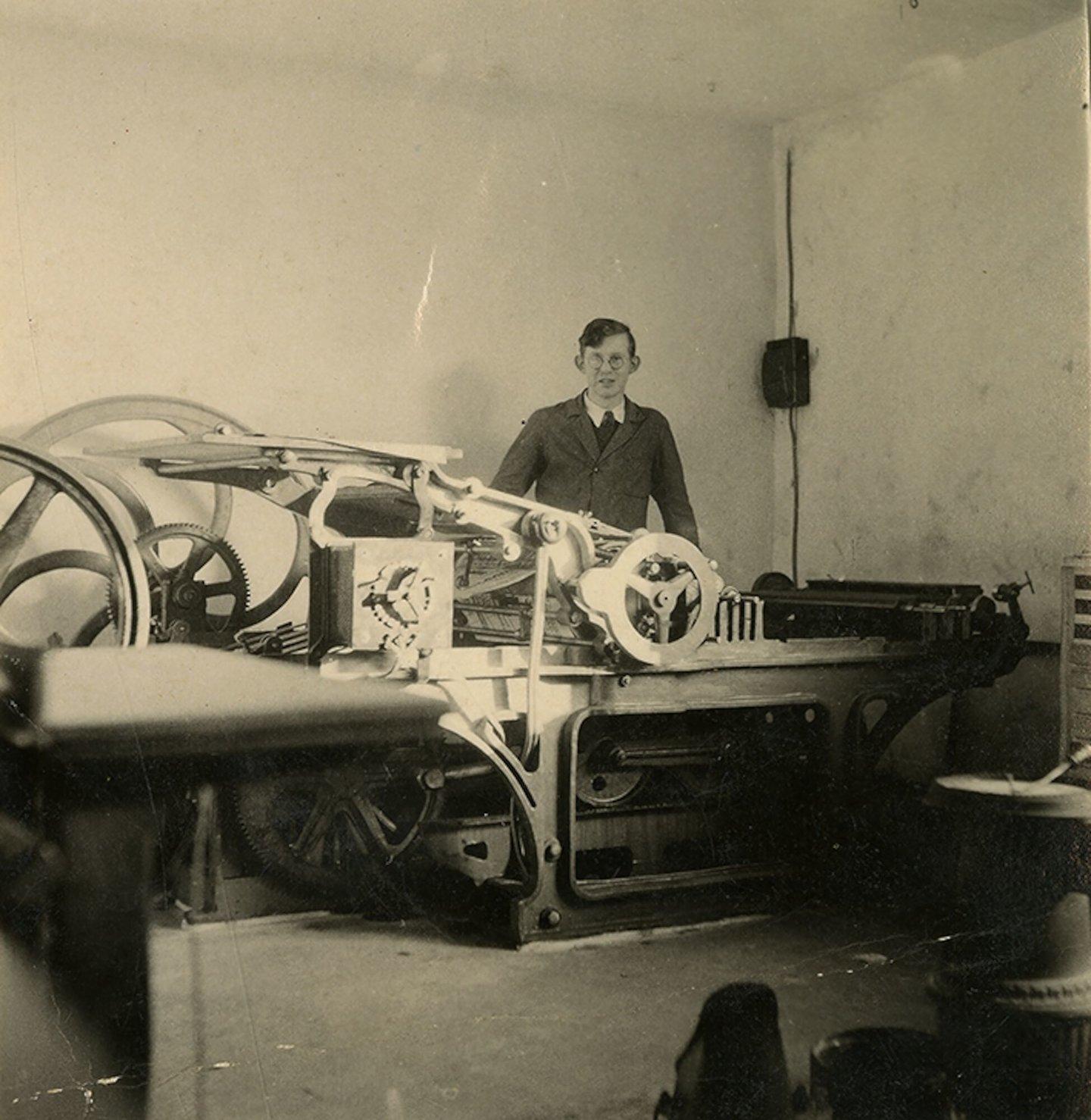 Stanislas De Riemaecker aan een cilinderpers