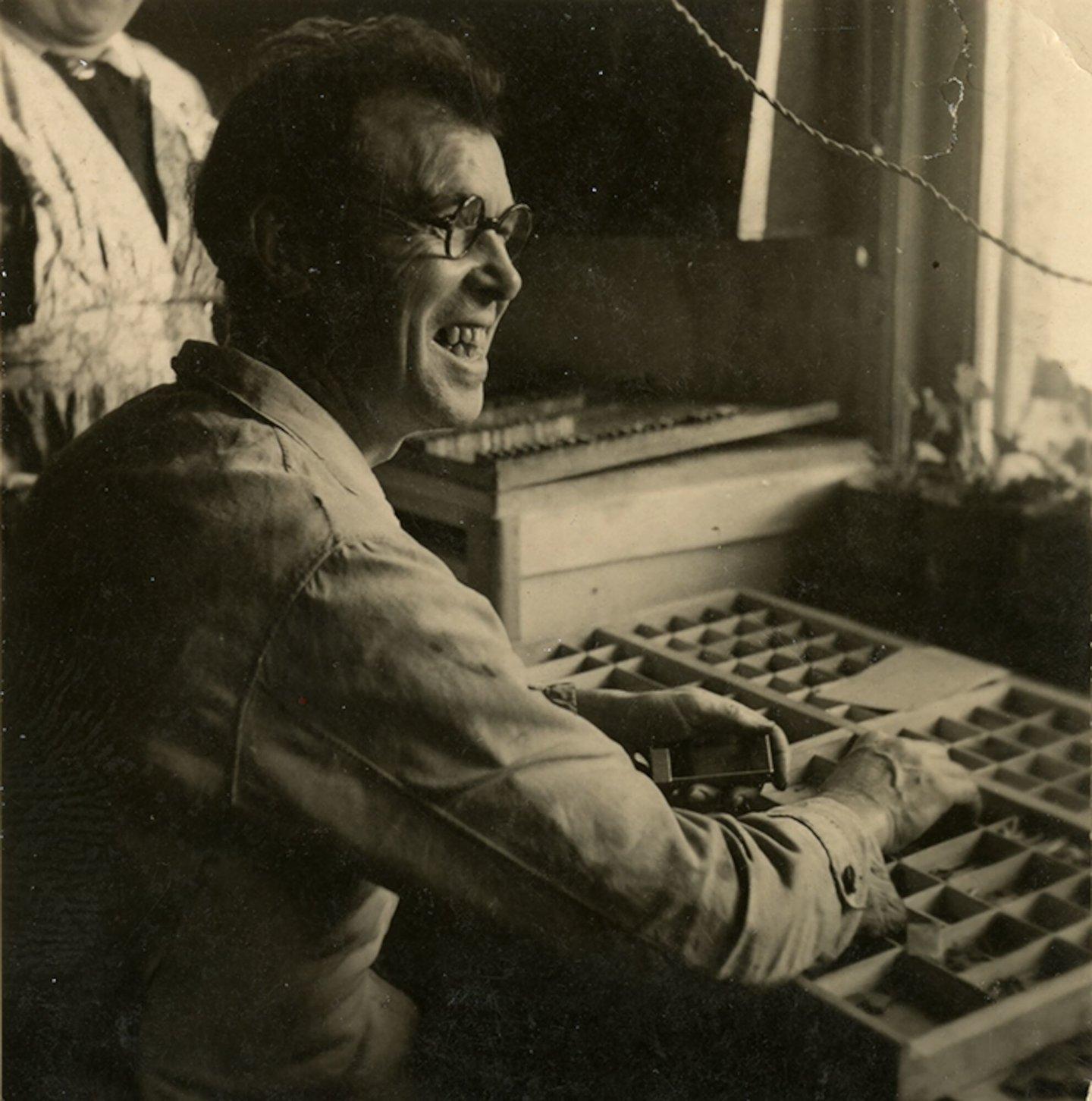 Jozef De Riemaecker aan de letterkast