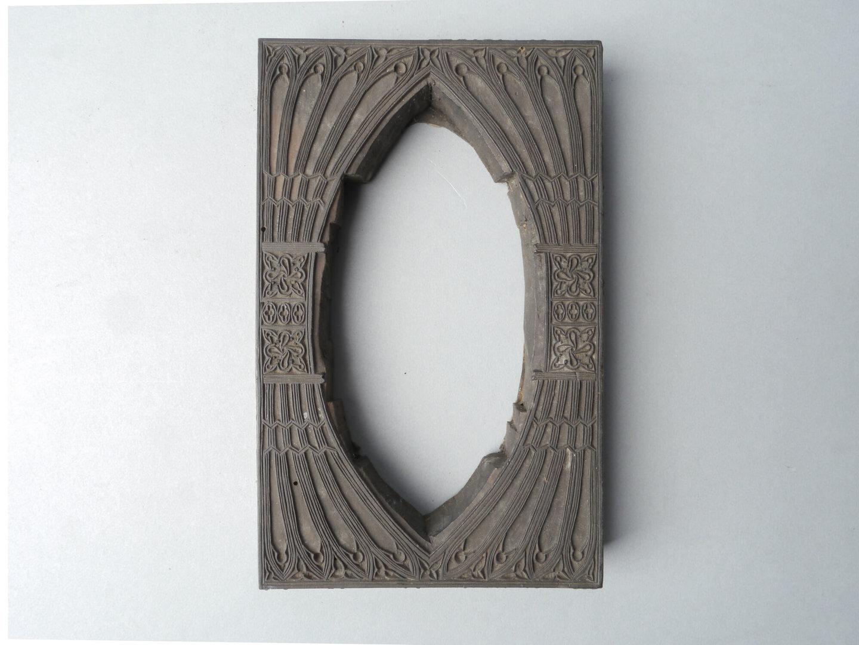 Houten drukblok voor hoogdruk voor een gotische omlijsting met spitse ovalen opening