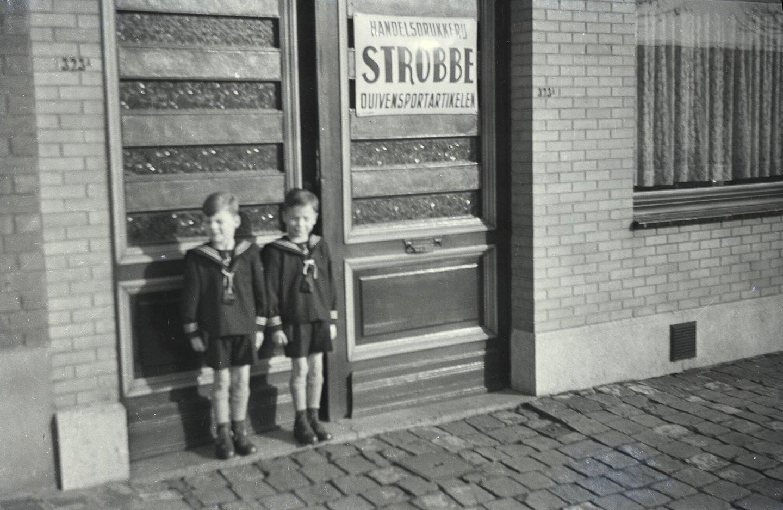 Luc en Dirk Strobbe voor de gevel van drukkerij Strobbe