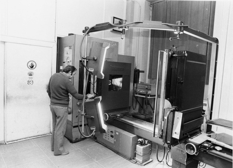 Een man aan het werk met een reproductiecamera in de drukkerij van Het Laatste Nieuws te Brussel
