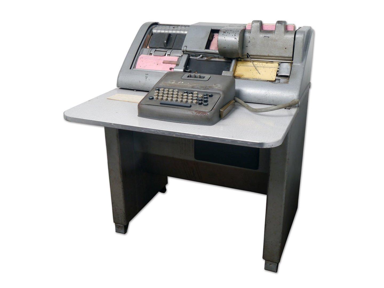 Ponsmachine van het merk IBM om ponskaarten te maken
