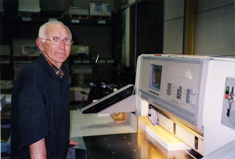 Carlos Lippens aan de snijmachine van het merk Polar