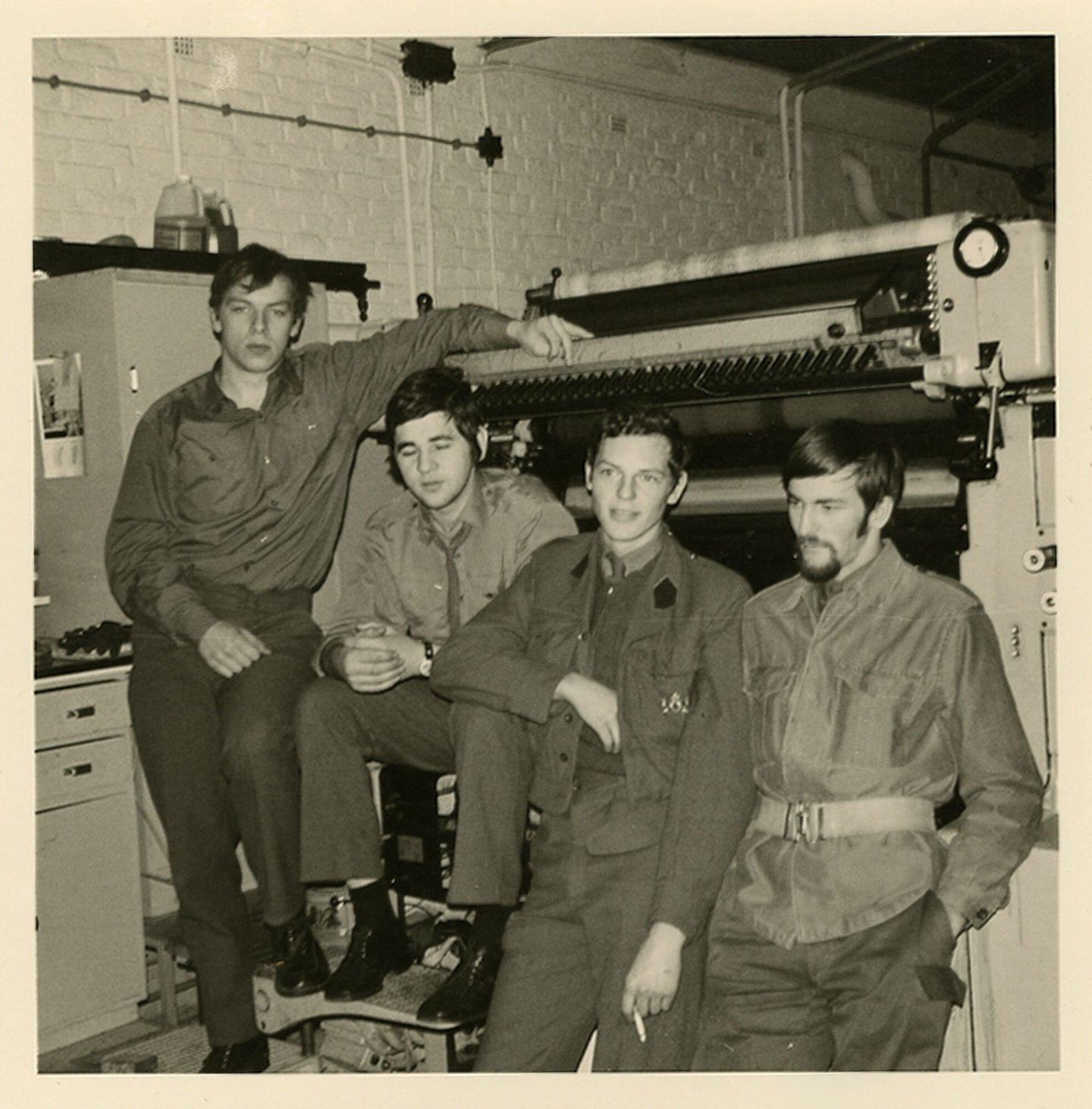 Vier mannen voor een drukpers in de drukkerij van het Militair Geografisch Insituut in de Abdij Ter Kameren te Brussel