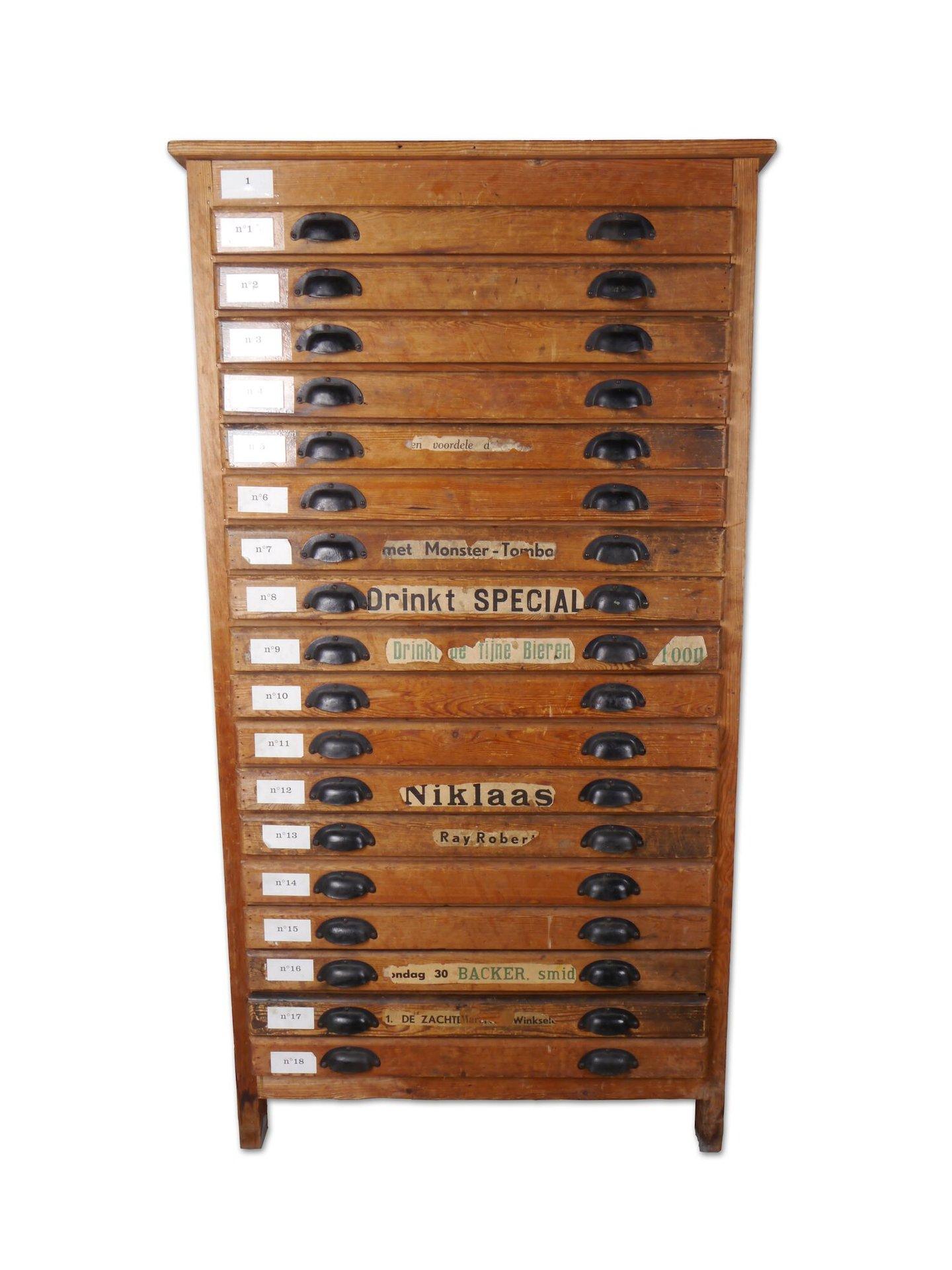 Ladekast met 18 schuiven om houten letters in op te bergen