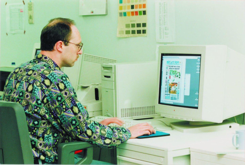 Een graficus aan het werk in de drukkerij van Het Laatste Nieuws te Asse-Kobbegem