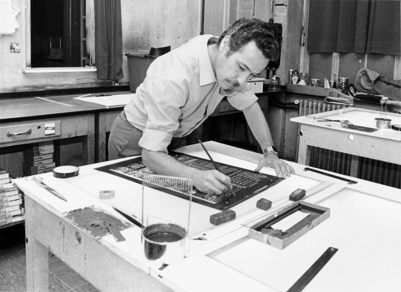 Een man aan het werk in de fotogravure van Het Laatste Nieuws te Brussel