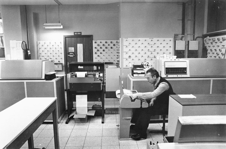 Een ponser aan het werk in de afdeling fotozetten van Het Laatste Nieuws te Brussel