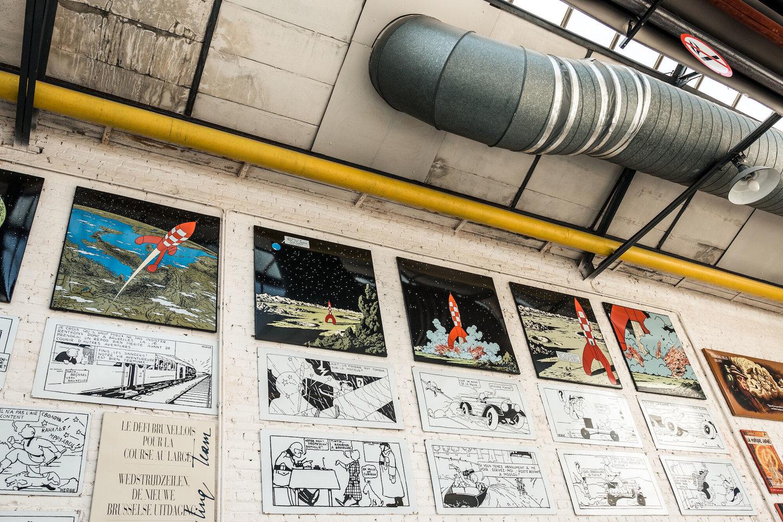 Afgewerkte emailborden in het atelier van Emaillerie Belge