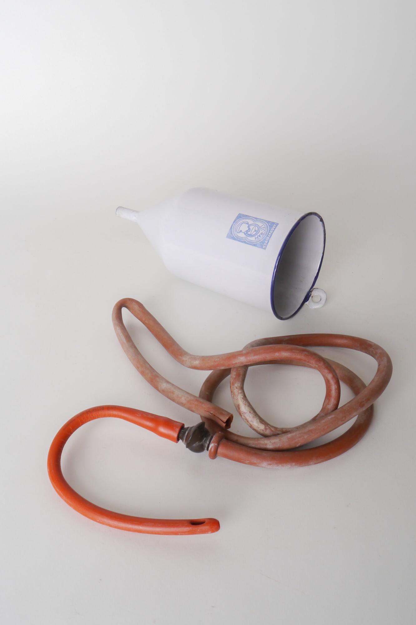 Geëmailleerde spoelkan van het merk Lec-Ram
