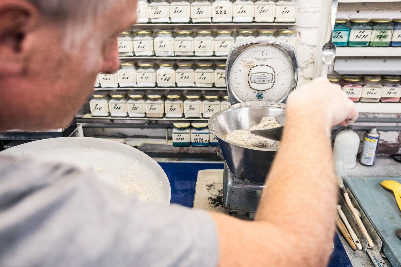 Labo emailfrit in het atelier van Emaillerie Belge