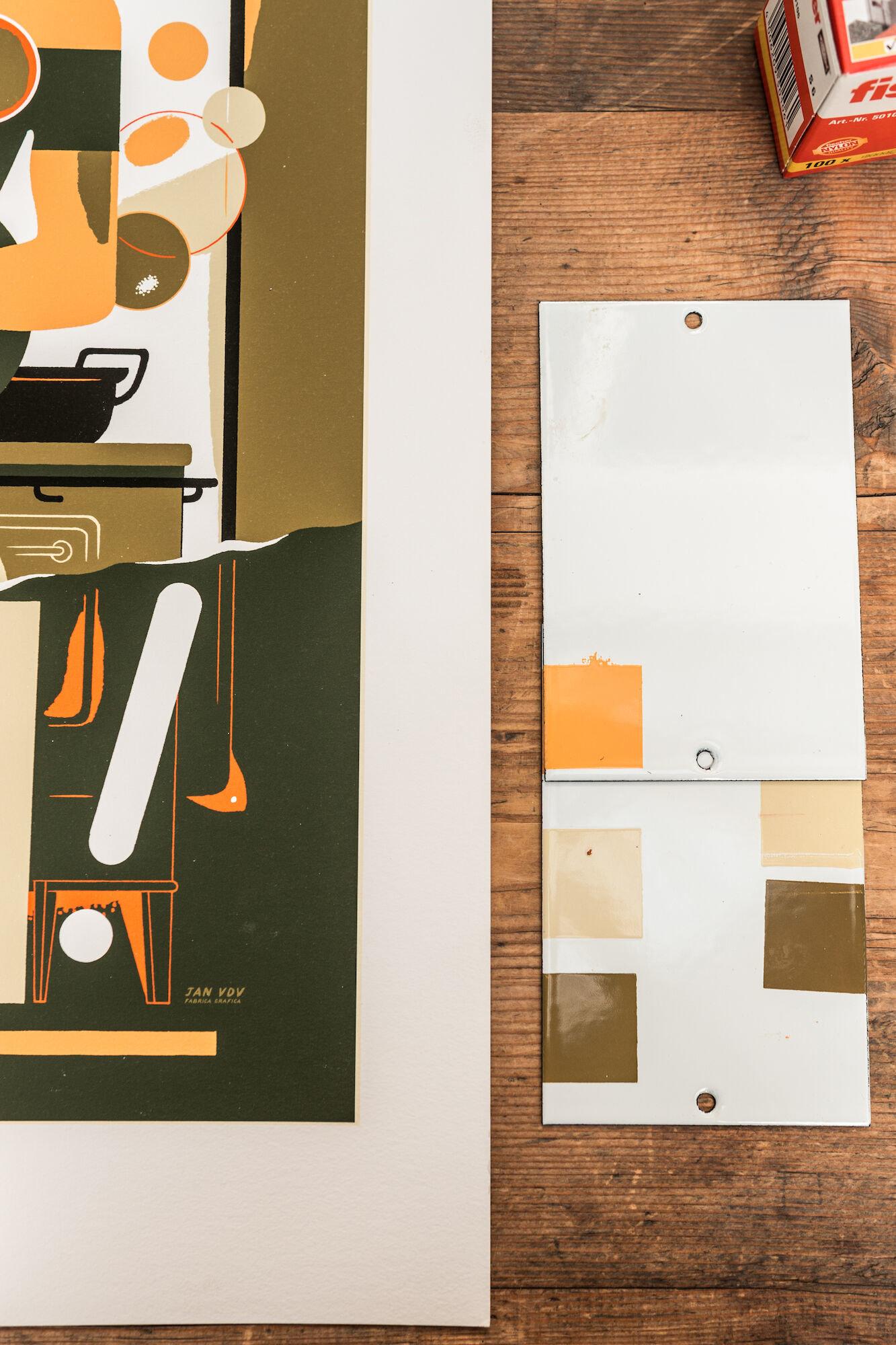 Kleurcontrole van emailbord in het atelier van Emaillerie Belge