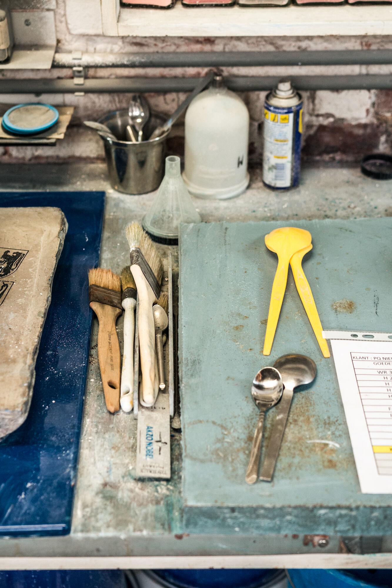 Gebruiksvoorwerpen in het labo van Emaillerie Belge