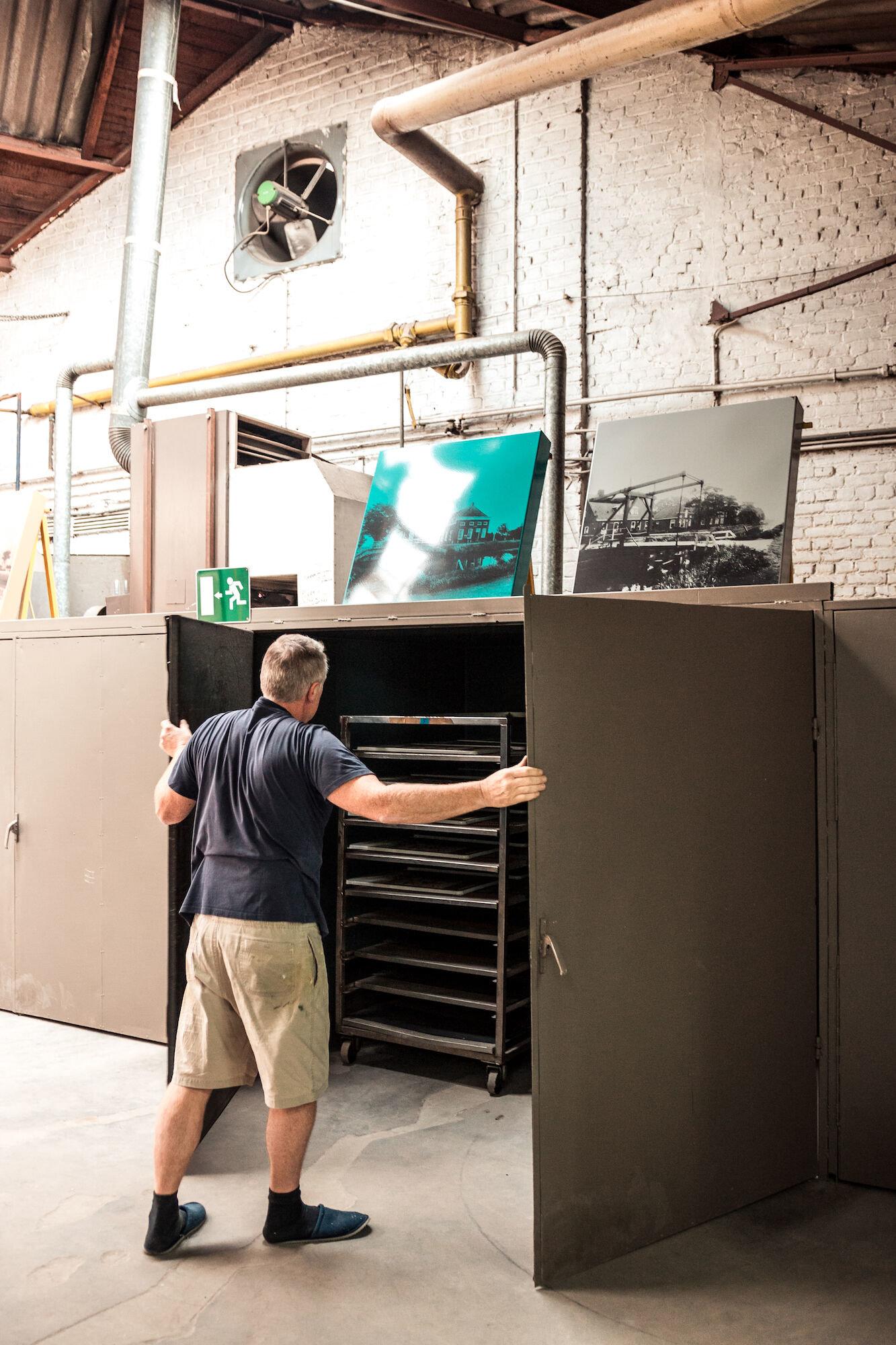 Droogkast in de zeefdrukafdeling in het atelier van Emaillerie Belge