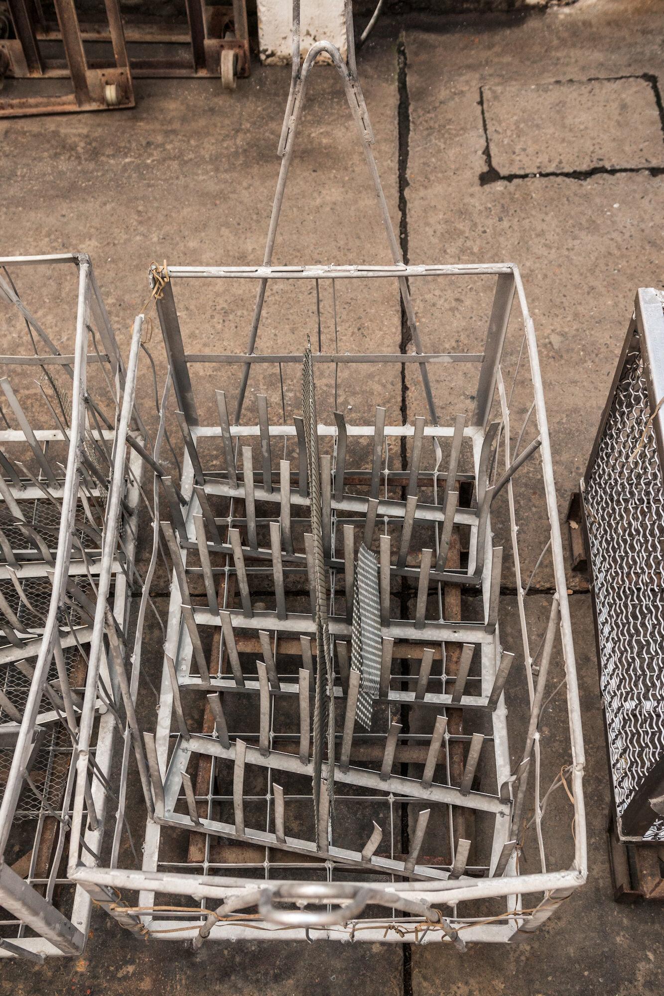 Dompelkorven in het atelier van Emaillerie Belge