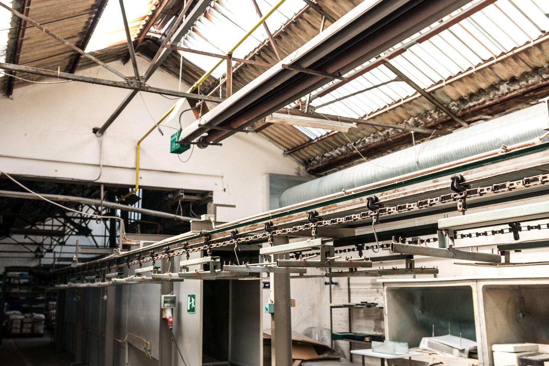 Productielijn in het atelier van Emaillerie Belge