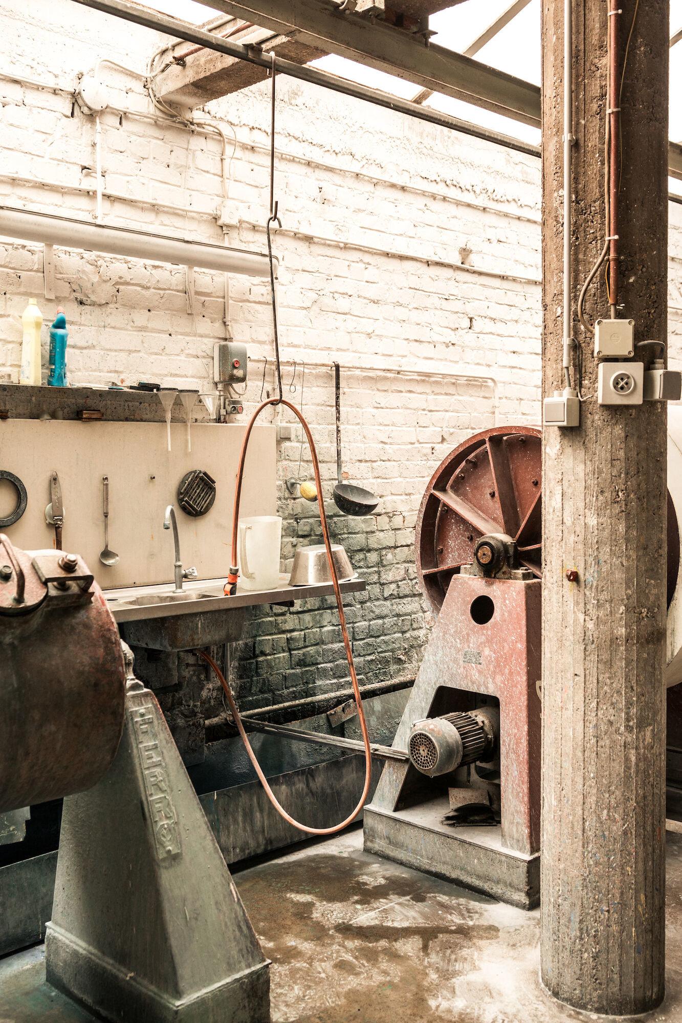 Kogelmolens in het atelier van Emaillerie Belge