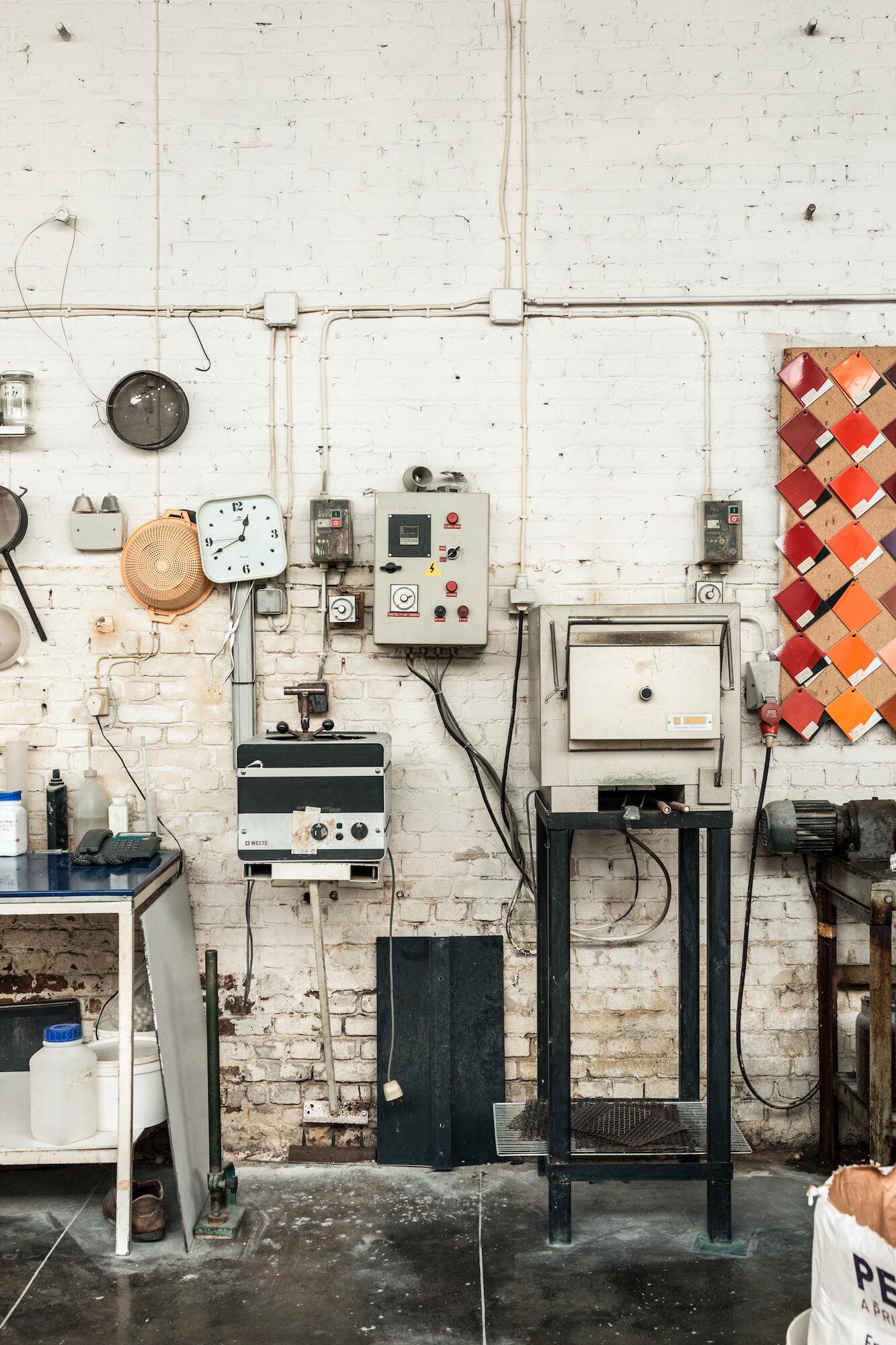Labo emailfrit met proefoven in het atelier van Emaillerie Belge