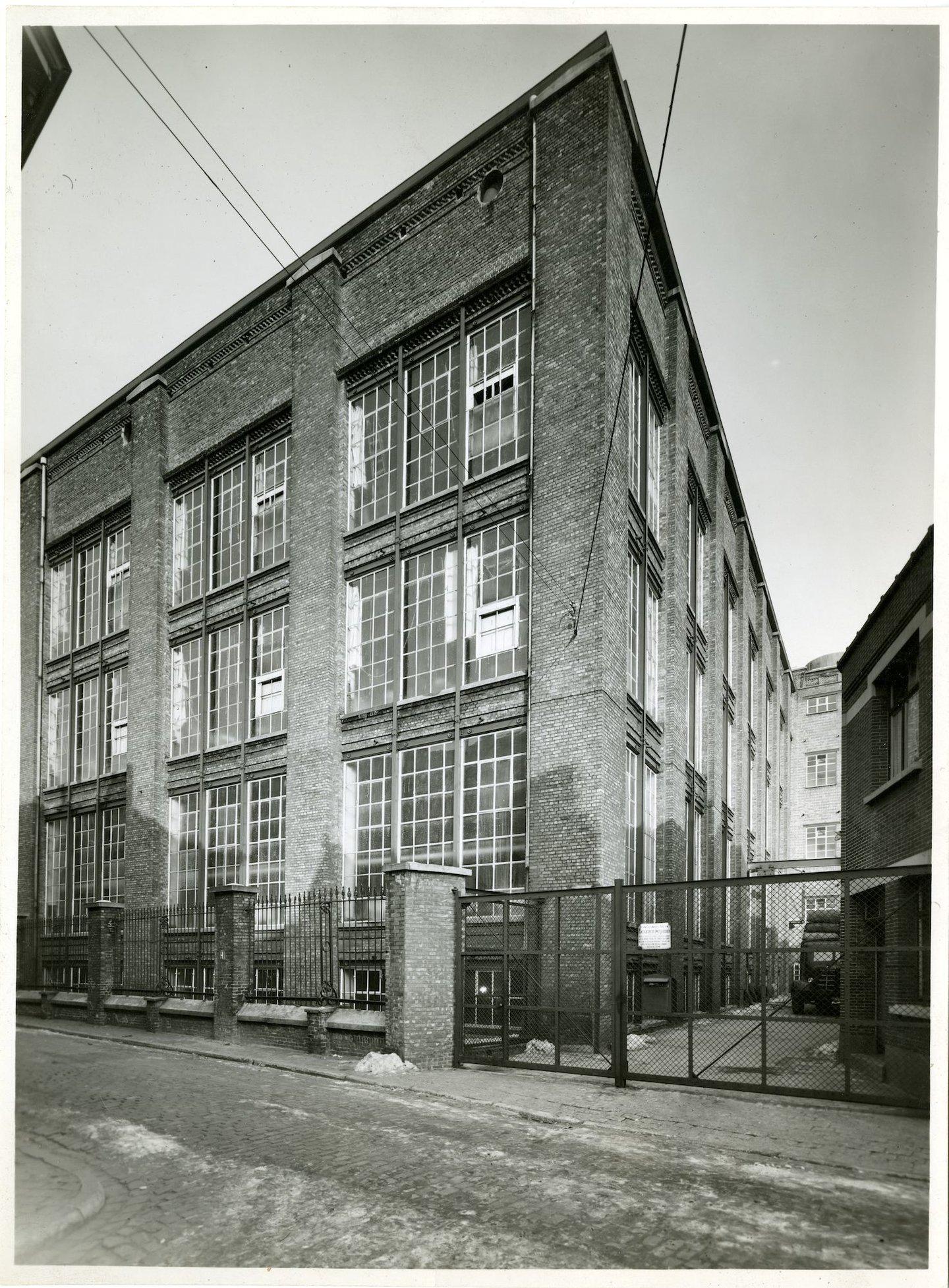 Buitenzicht van hoofdingang textielfabriek UCO Desmet-Guequier in Gent