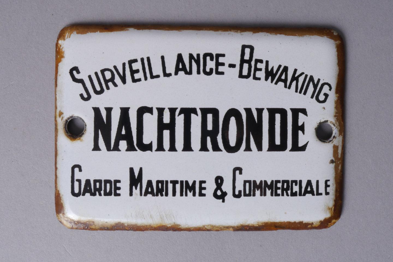 Geëmailleerd informatiebord met opschrift 'nachtronde'