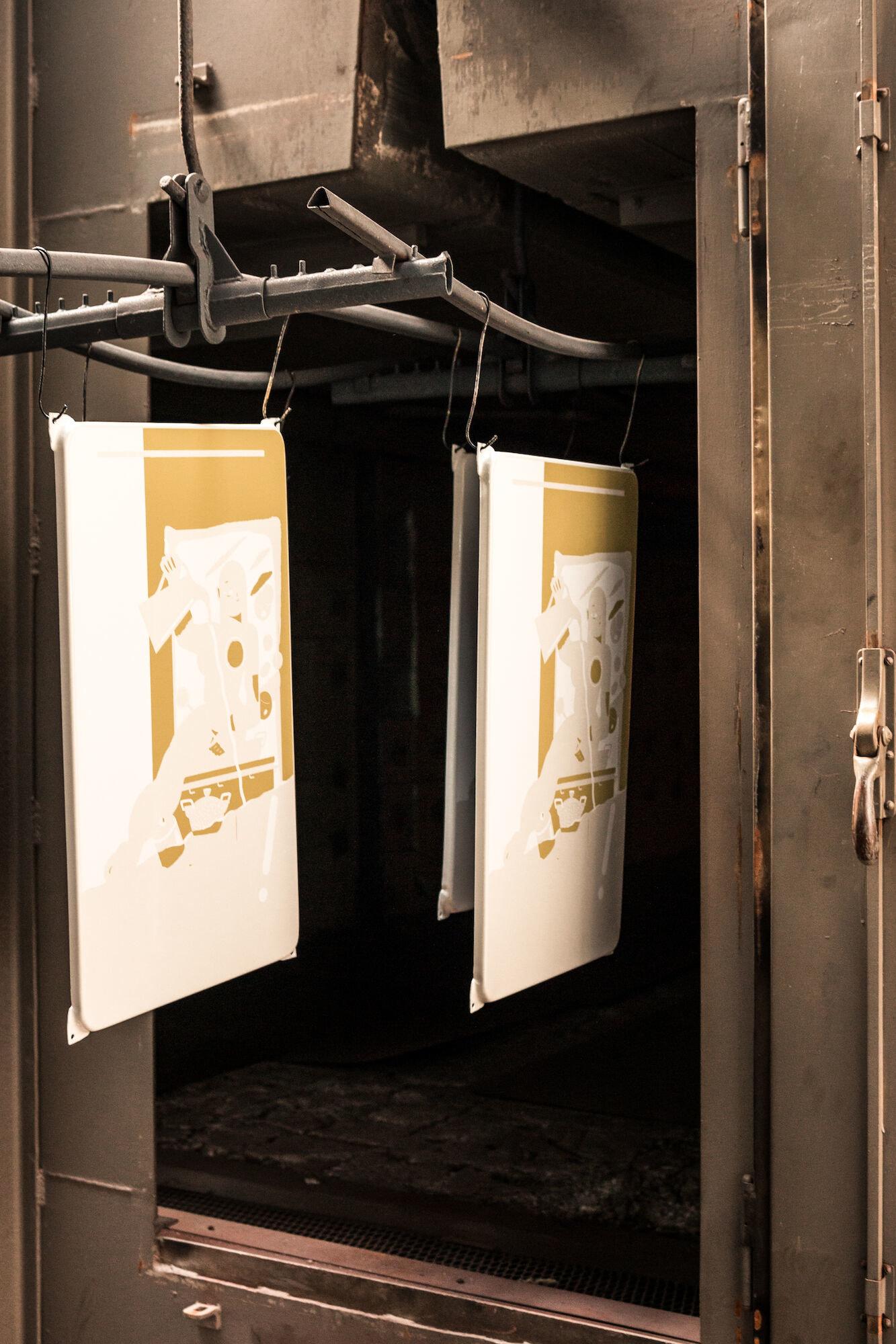 Productielijn en oven in het atelier van Emaillerie Belge