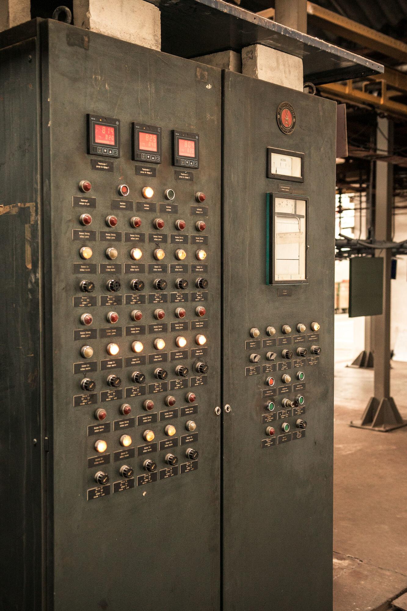 Centraal bedieningspaneel in het atelier van Emaillerie Belge