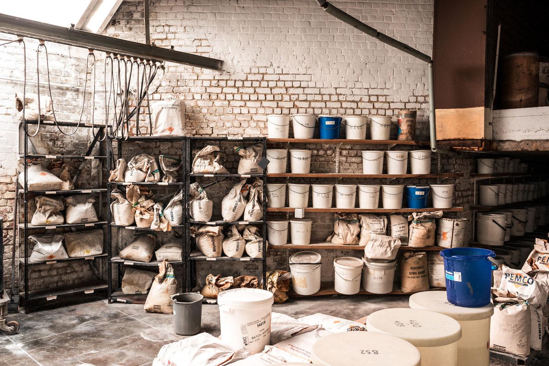 Magazijn met grondstoffen in het atelier van Emaillerie Belge