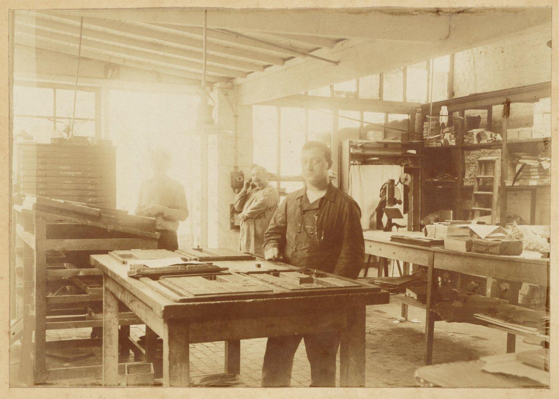 Het zetten van de letters in de Gentse drukkerij Gebroeders Meere