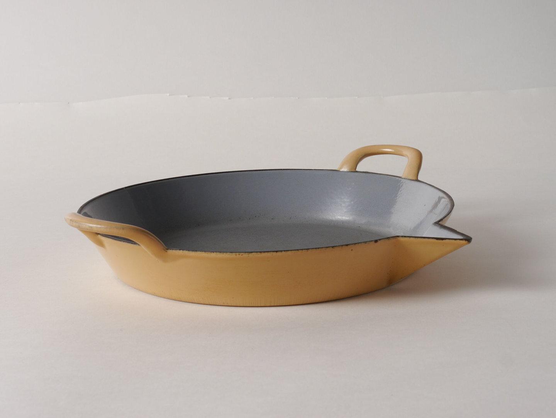 Geëmailleerde platte pan met giettuit