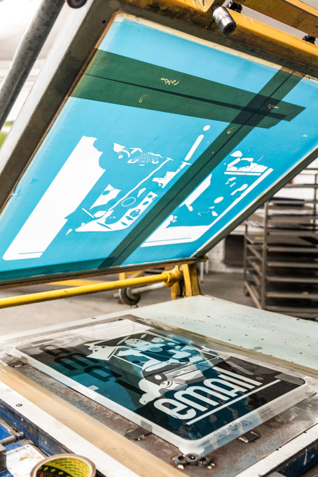 Zeefdruk in het atelier van Emaillerie Belge