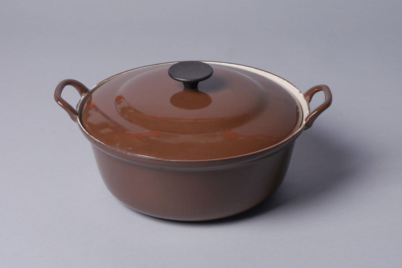 Geëmailleerde kookpot met deksel van het merk Le Creuset